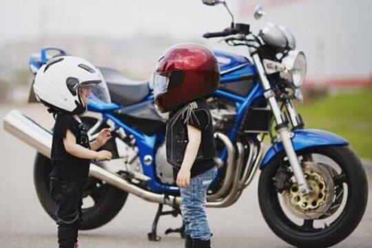 niños pequeños con cascos de moto y ropa custom para biker